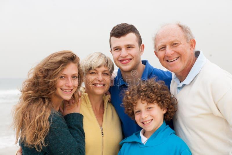 Familie die van hun vakantie genieten stock foto's