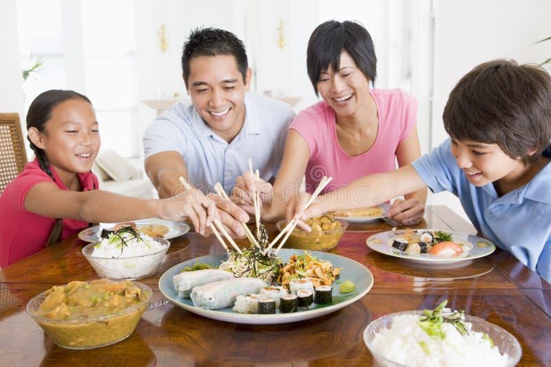 Familie die van maaltijd, etenstijd samen geniet royalty-vrije stock foto's