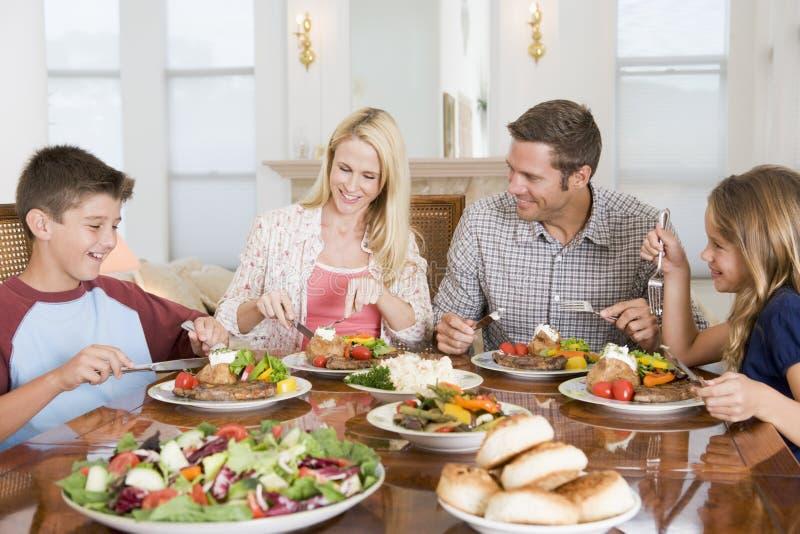 Familie die van maaltijd, etenstijd samen geniet stock foto's