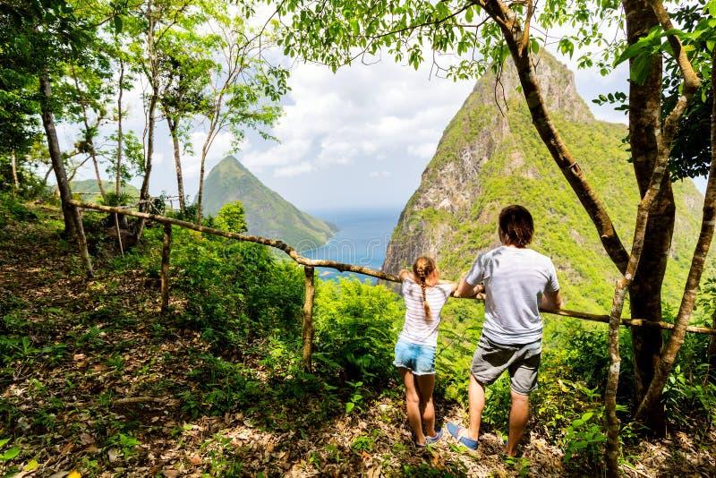 Familie die van mening van Rotshaakbergen genieten stock foto's