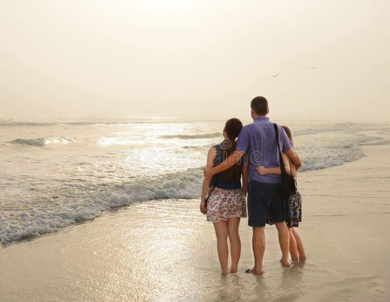 Familie die van tijd samen op mooi mistig strand genieten royalty-vrije stock afbeeldingen