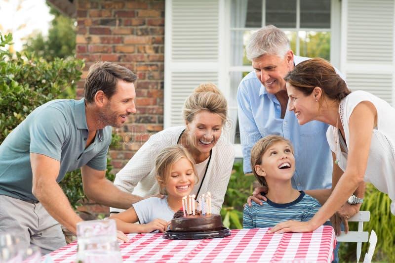 Familie die verjaardags van partij genieten stock foto's