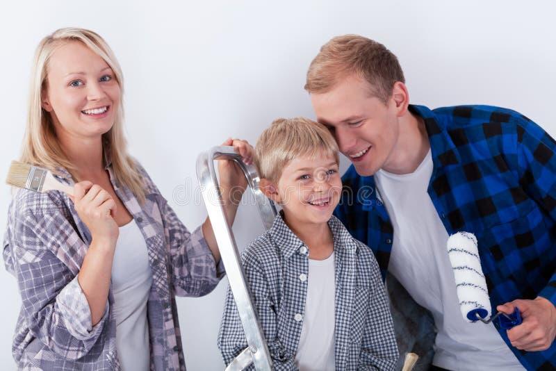 Familie die vernieuwing in nieuw huis doen stock afbeeldingen