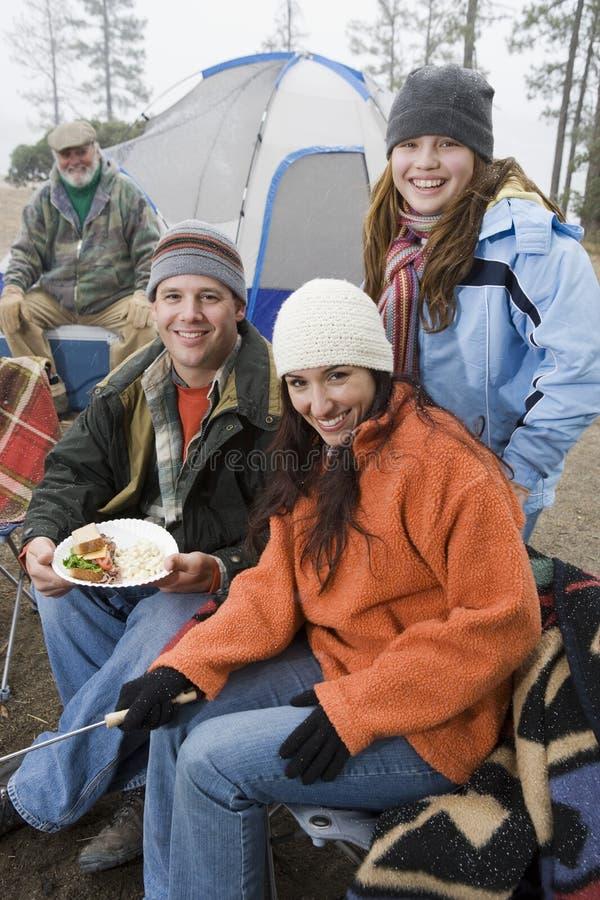 Familie die Voedsel in Front Of Tent hebben royalty-vrije stock foto