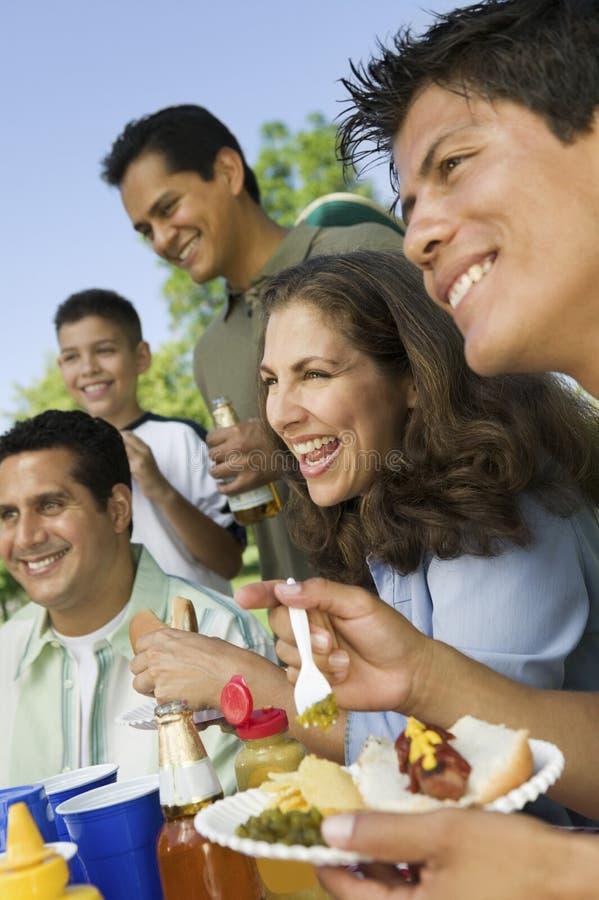 Familie die Voedsel op een Picknick hebben stock foto's