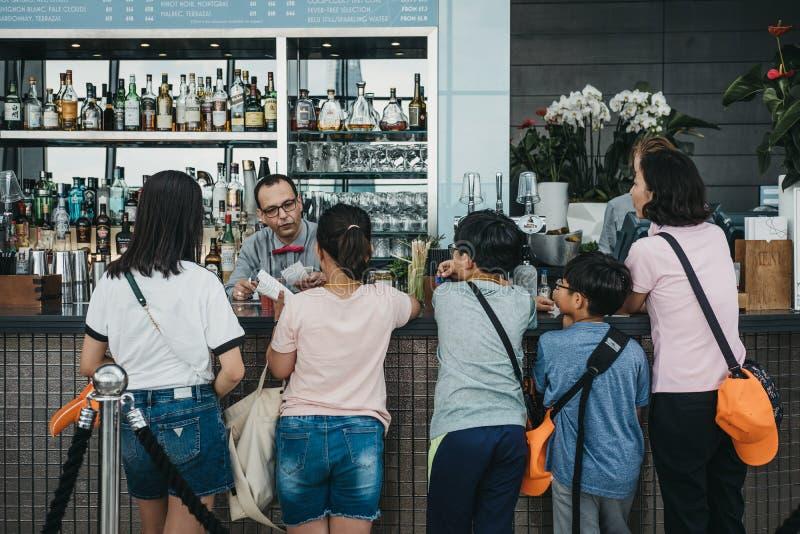 Familie die voor dranken bij een koffie binnen Hemeltuin betalen, Londen, het UK royalty-vrije stock afbeelding