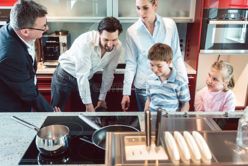 Familie die voor een nieuwe keuken winkelen stock afbeeldingen