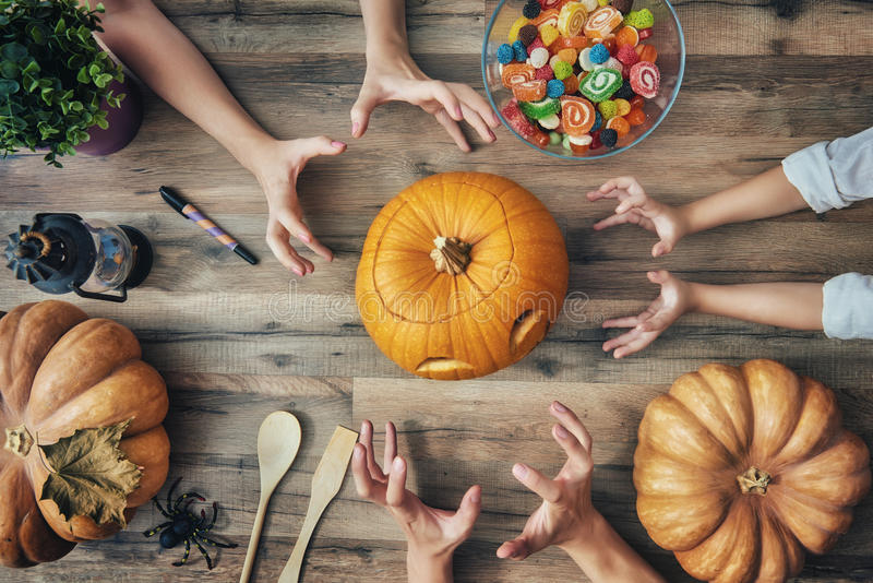 Familie die voor Halloween voorbereidingen treft stock afbeeldingen