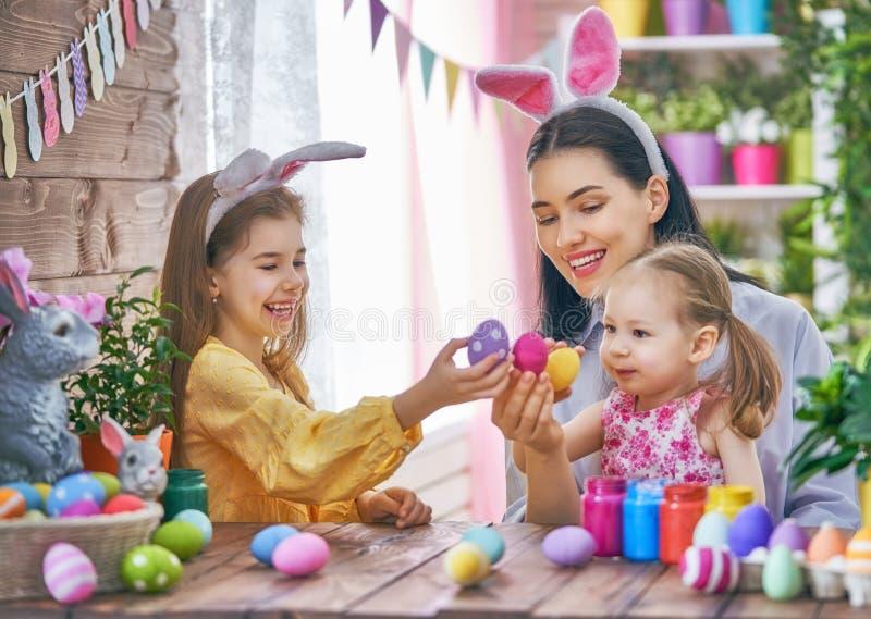 Familie die voor Pasen voorbereidingen treft stock afbeeldingen