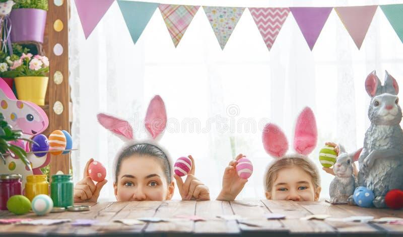 Familie die voor Pasen voorbereidingen treft royalty-vrije stock afbeelding