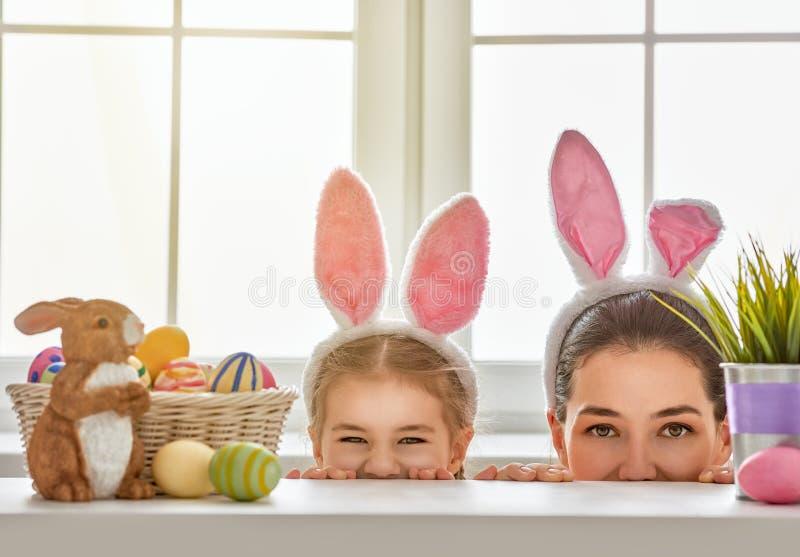 Familie die voor Pasen voorbereidingen treft royalty-vrije stock fotografie