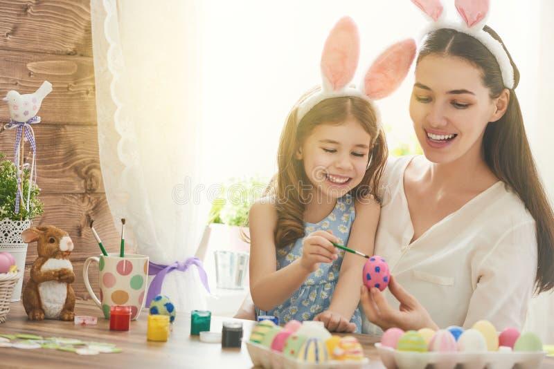 Familie die voor Pasen voorbereidingen treft stock foto's