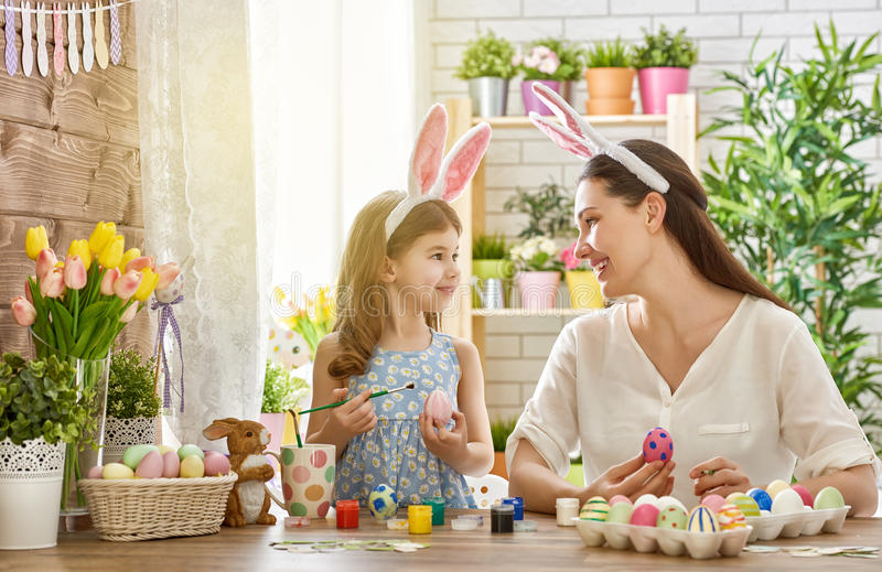 Familie die voor Pasen voorbereidingen treft royalty-vrije stock foto