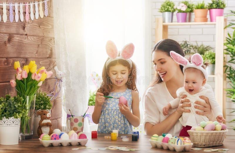 Familie die voor Pasen voorbereidingen treft stock foto