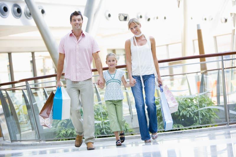 Familie die in wandelgalerij winkelt royalty-vrije stock afbeeldingen