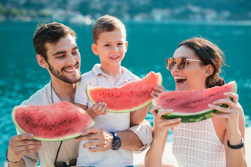 Familie die watermeloen eten stock foto's