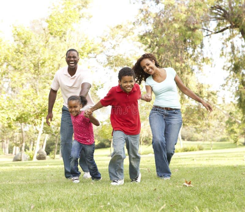 Familie, die Weg im Park genießt stockfotografie