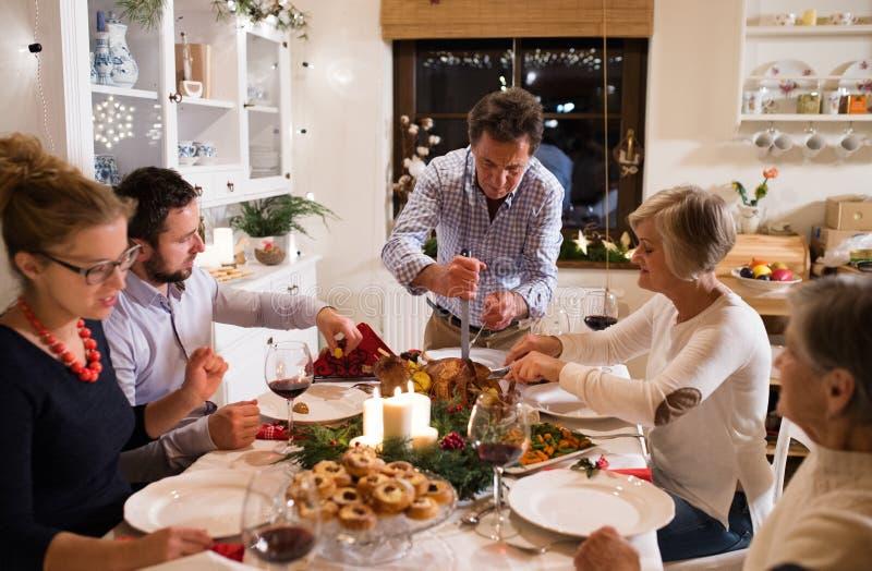 Familie, die Weihnachten feiert Vaterumhüllungslebensmittel lizenzfreie stockfotografie