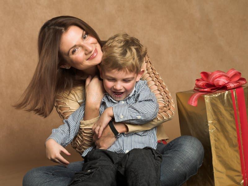 Familie, die Weihnachtsgeschenke überprüft stockbild