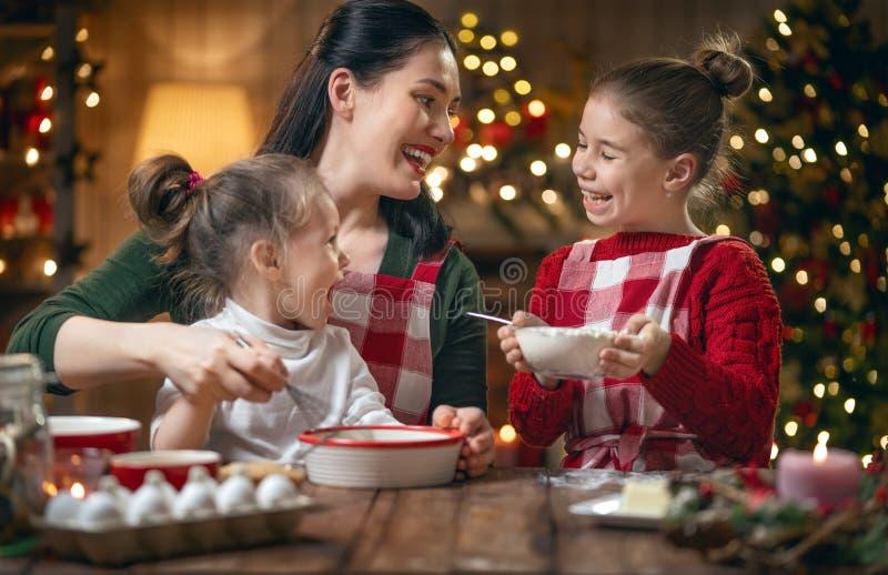 Familie, die Weihnachtsplätzchen kocht stockbild