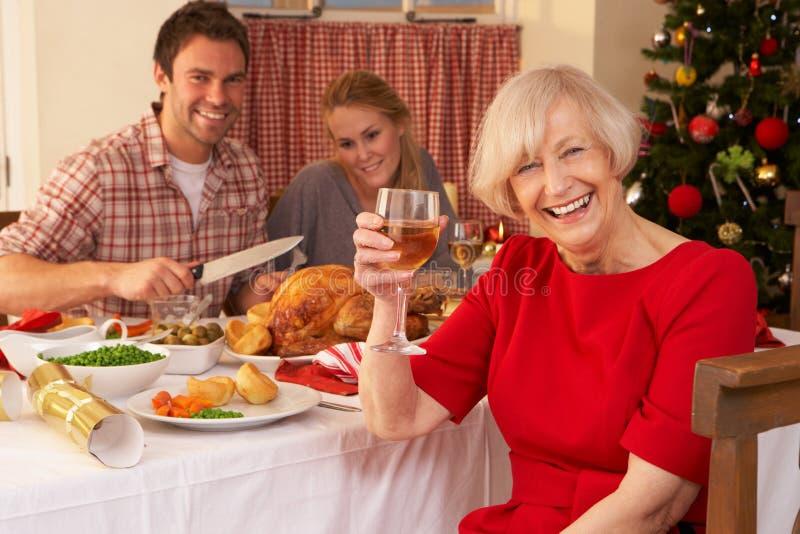 Familie, die Weihnachtszu Abend isst stockfotografie