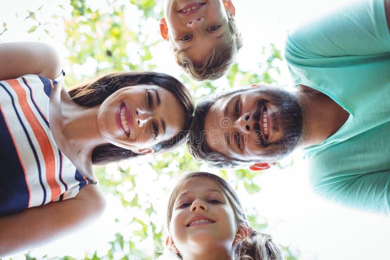 Familie die wirwar vormen tegen hemel royalty-vrije stock fotografie