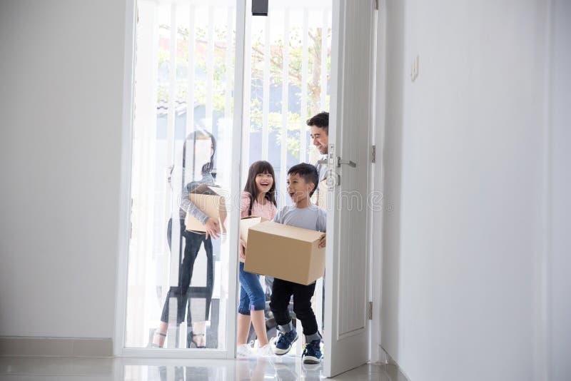 Familie die zich aan een Nieuw Huis bewegen stock afbeelding