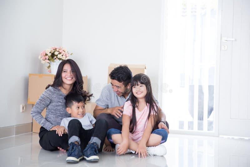 Familie die zich aan een Nieuw Huis bewegen royalty-vrije stock afbeelding