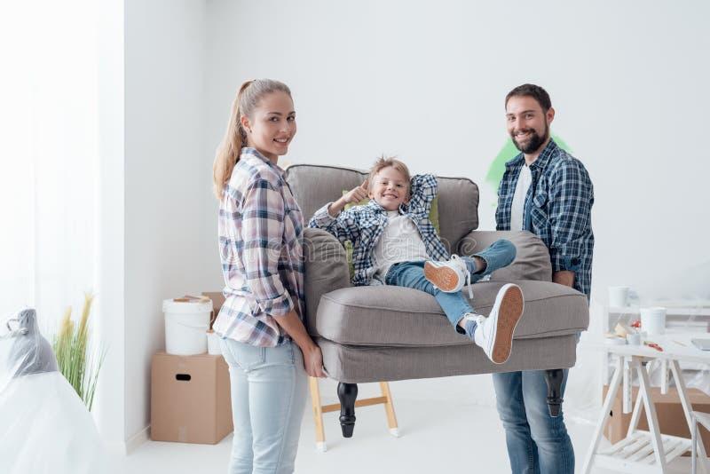 Familie die zich in een nieuw huis beweegt royalty-vrije stock foto's
