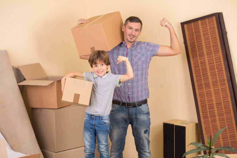 Familie die zich in een nieuw huis bewegen stock foto