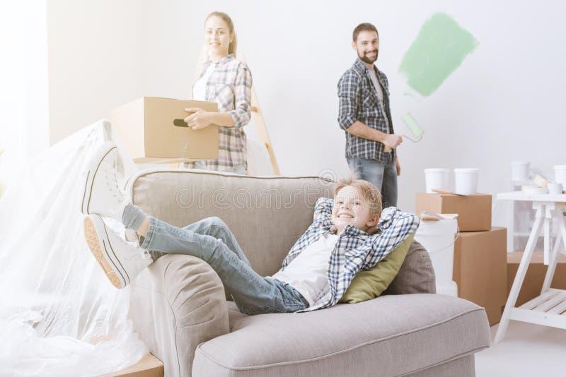 Familie die zich in een nieuwe flat bewegen stock afbeelding