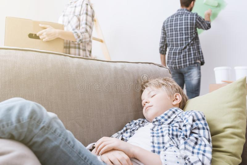 Familie die zich in een nieuwe flat bewegen royalty-vrije stock afbeeldingen