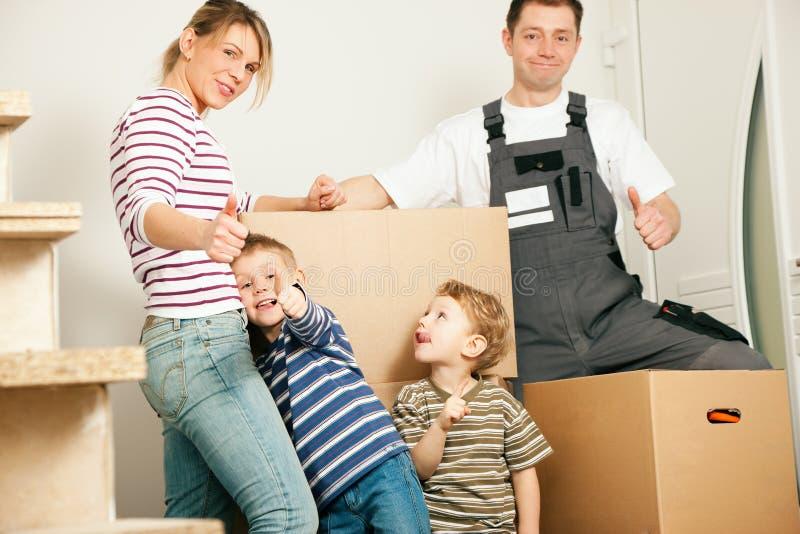 Familie die zich in hun nieuw huis beweegt stock fotografie