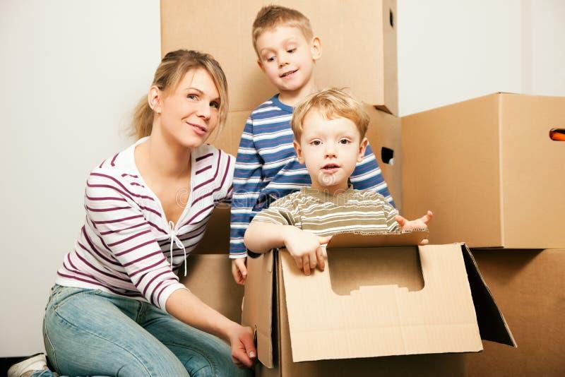 Familie die zich in hun nieuw huis beweegt royalty-vrije stock fotografie