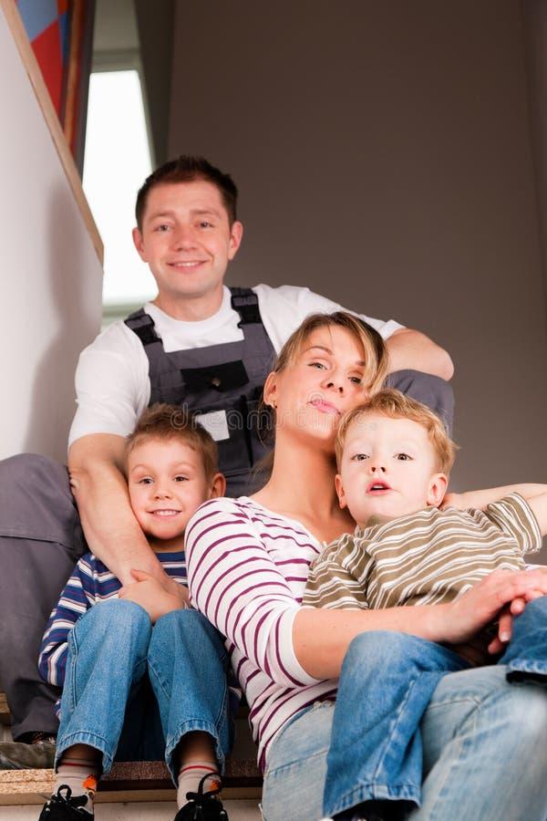 Familie die zich in hun nieuw huis beweegt stock foto