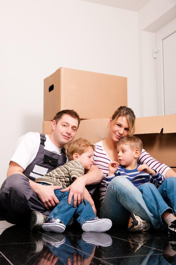 Familie die zich in hun nieuw huis beweegt royalty-vrije stock afbeelding