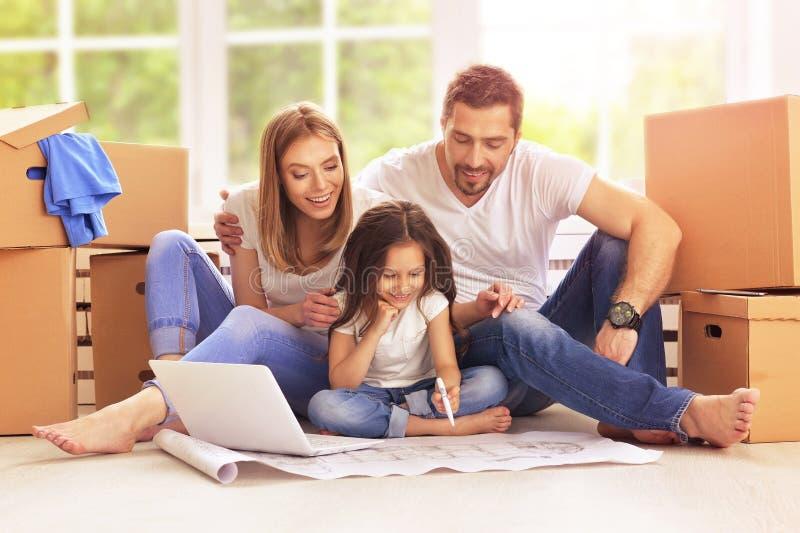 Familie die zich in hun nieuw huis bewegen stock foto
