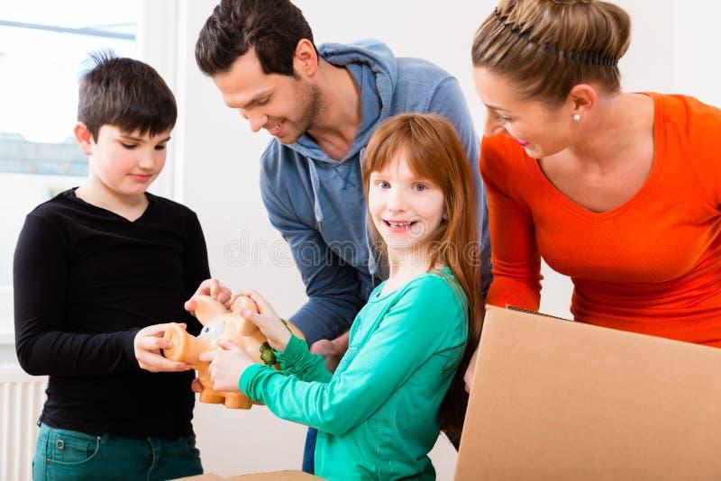 Familie die zich in nieuw huis beweegt stock afbeelding