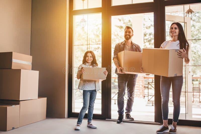 Familie die zich in nieuw huis bewegen stock fotografie