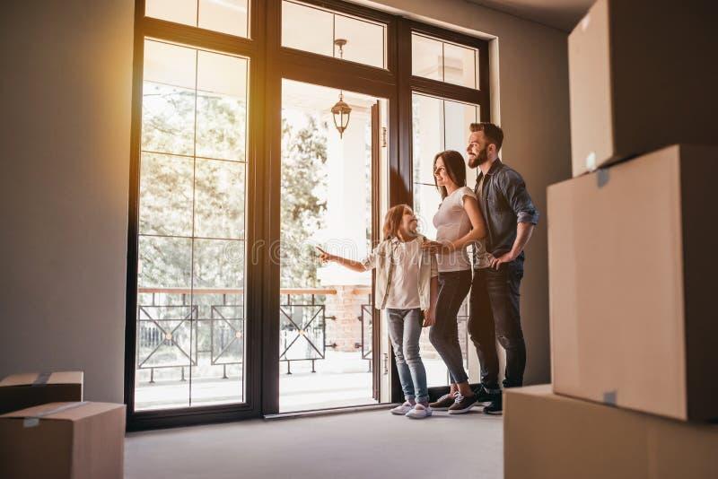 Familie die zich in nieuw huis bewegen stock afbeeldingen