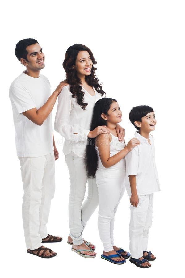 Familie die zich op een rij bevinden royalty-vrije stock afbeelding