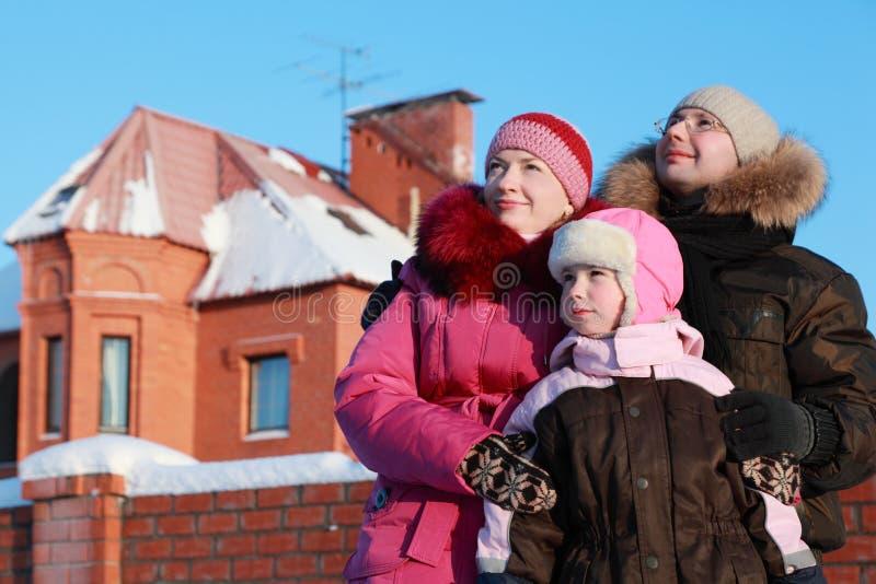 Familie die zich in openlucht in de winter bevindt royalty-vrije stock afbeeldingen