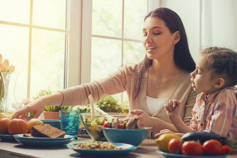 Familie, Die Weihnachtszu Abend Isst Stockbild - Bild von