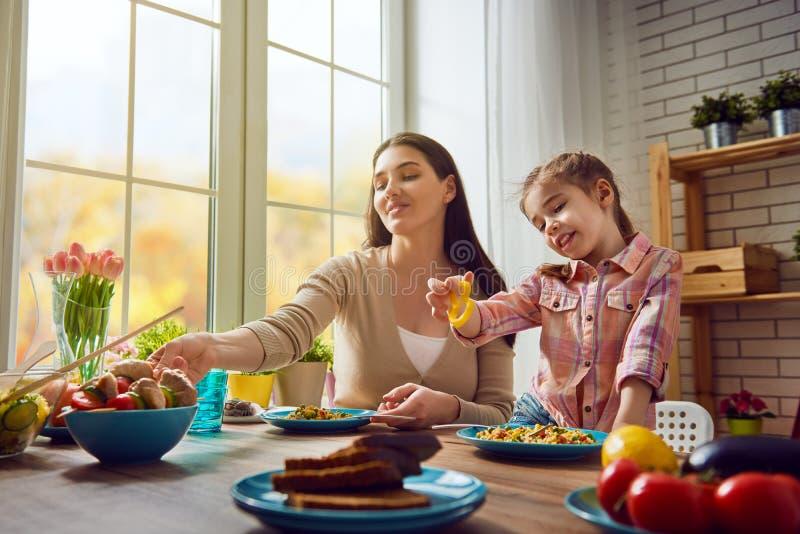 Familie, Die Zu Hause Ein Mittagessen Isst Stockfoto