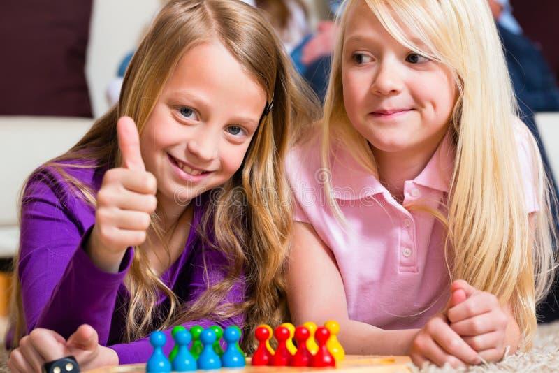 Familie, Die Zu Hause Brettspiel Spielt Lizenzfreies Stockfoto