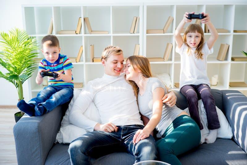 Familie, die zu Hause furchtsamen Film aufpasst lizenzfreie stockfotografie