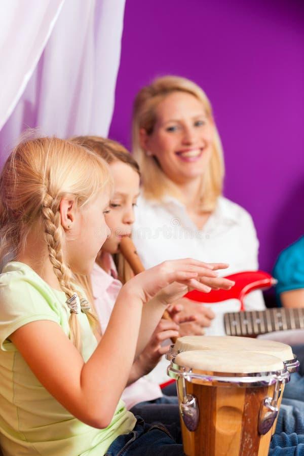 Familie, die zu Hause Musik macht stockfotos