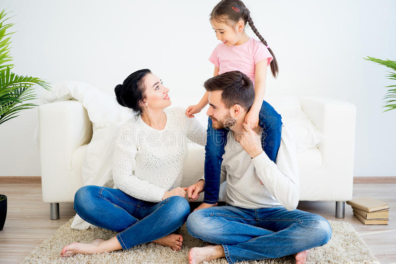 Familie, die zu Hause spielt stockbild