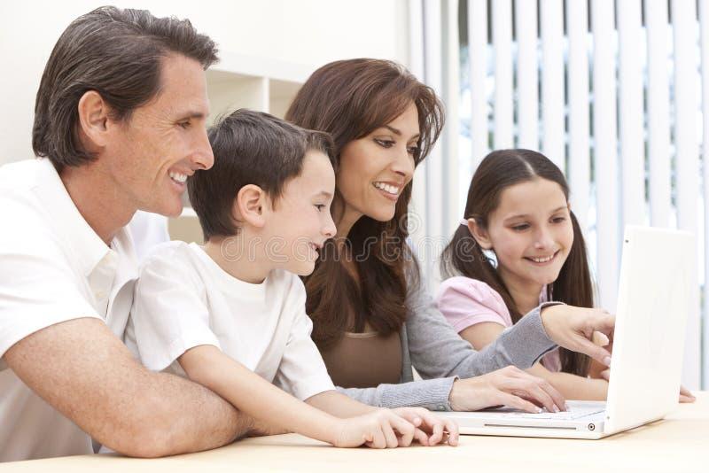 Familie, Die Zu Hause Unter Verwendung Der Laptop-Computers Sitzt Stockbilder