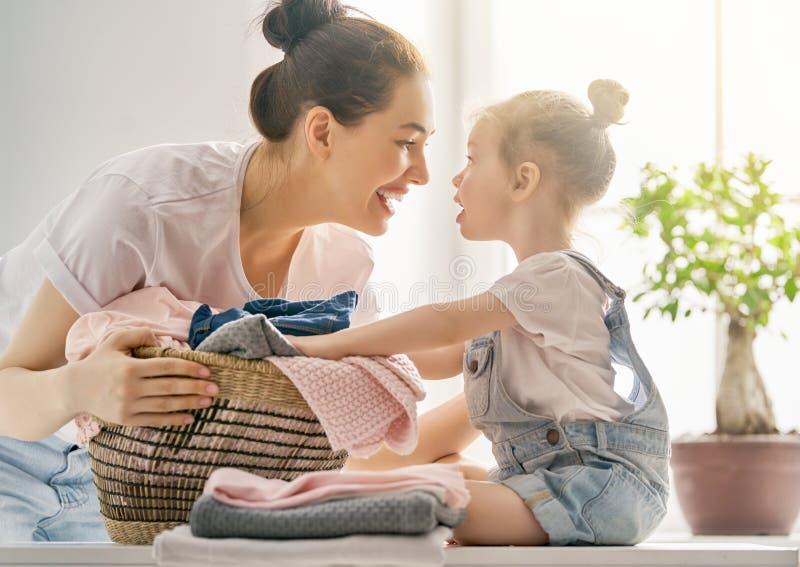 Familie, die zu Hause Wäscherei tut lizenzfreies stockfoto